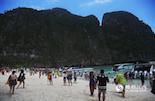 从攀牙湾继续向安达曼海进发就是皮皮岛,它位于泰国普吉岛东南约20公里处,是由大、小皮皮岛两个主要岛屿组成的姐妹岛,1983年被定为泰国国家公园。这是一个深受阳光眷宠的地方,柔软洁白的沙滩,宁静碧蓝的海水,未受污染的自然风貌,使得她从普吉岛周围的30余个离岛中脱颖而出,成为近年来炙手可热的旅游度假胜地之一。
