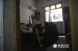 现在已经89岁的陈震卿,早已没有再摆皮鞋摊,安详地过着退休生活。比起同龄的老人,陈老要时髦许多,每天用孙子给他买的IPAD看新闻是他最大的乐趣。
