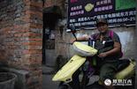 """除了收集物证记录历史之外,还有一些人用实际行动来完成他们的""""抗战使命""""。张伶莉是一个老兵关爱组织的志愿者,今年40多岁的她,一身军装打扮,骑着电动车在南昌城里寻访当年经历过那场战争的老兵。"""