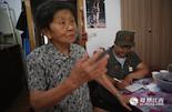 两年来,张伶莉通过互联网以及走访,寻找到了几十名生活在南昌的抗战老兵。对于有困难的老兵,她所在的组织会力所能及地去帮助他们,这一次她来到的是新四军老兵孙奶奶的家中。