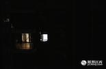 这是南昌一栋普通的居民楼,每当人们进入梦乡的时候,有一间房间还灯火通明。这是一个时下火爆的网络游戏工作室,网民可以通过网络观看高手们的在线游戏视频直播。