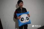"""今年九月,小新的游戏天赋受到""""国民老公""""王思聪青睐,将其签入麾下的""""熊猫TV"""",成为游戏实况主播。至此小新又再一次被推到全国游戏玩家面前,甚至有网友建议中国电竞国家队召入小新,对抗近邻韩国。"""