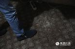 由于长时间坐在一个位置上,小新椅子下面的地毯都被他用脚搓破了。