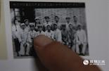 这张老照片摄于1951年,当时只有16岁的熊飞鹏在合影的人群中格外显眼。那时的警察制服还是一身白衣,在新中国成立不久,第一批向社会招收的警察开始上岗,熊飞鹏就在其中。