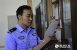 """进入21世纪之后,我国开始与国际接轨,警察制服也开始换装成了洋气的""""国际蓝""""。 不仅如此,在新的时代背景下,公安系统的高科技手段也进入了飞速的发展期。对此,南昌东湖分局情报大队队长杨明宇深有感触。"""