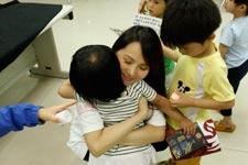 赠送卡片 和每个孩子深情拥抱
