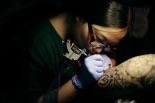 最后这一开就是四年,四年来文文已经成为了南昌最有名的纹身师之一,而然这一切的动力都是因为喜欢纹身这种艺术形式。她说,因为热爱才会用心去作,去努力。