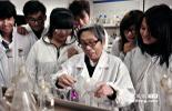 宋金如教授多年如一日专注于核燃料研究工作,不仅成为放射性元素分离技术领域的知名专家,而且在退休20多年,不分周末和节假日,每天风雨无阻来到实验室从事研究。多年来, 她主持编定了4项中华人民共和国核行业标准,并特邀参编了英国大不列颠百科全书。