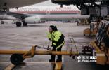 在她所在的三工段,共有15名同事,大家从事的都是航线维修工作。就是飞机在降落和起飞前所进行的例行检查和维修。这份工作,不仅需要良好的专业性,更需要能忍受在停机坪风吹雨打的日子。