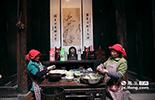 """曹大妈家的老宅子有200多年的历史,从小她就在这里长大。""""清明果""""的制作手艺也是从妈妈和奶奶手上继承下来的。"""