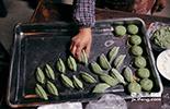 """做成圆形的""""清明果""""寓意着婺源、团圆的意思,而做成饺子状则是主人家近期有贵客来访。"""