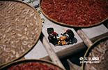 曹秀云奶奶的孙子在南昌上大学,孙子也会常常告诉奶奶,在网上可以看到村里的晒秋美景。在这个小村落里,每个篁岭妇女从懂事起,就开始学习晒秋,晒秋的习俗养育了她们,现在也改变了她的生活。