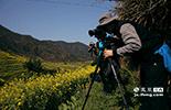 来自南京的职业摄影师陈军,从十年前篁岭景区还未开发时就来此拍摄,现在已是景区的御用摄影师。十年来,他耗费了几台相机,无数胶片和储存卡,把篁岭的美景传到了世界各地。