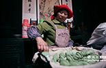 """曹大妈是这里最初的原住民,几年前他们全家都搬迁到了山下,现在又回到景区来为游客提供民俗体验活动。每年到了清明节前后,他们都会制作一种名叫""""清明果""""的小吃。"""