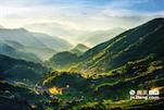 中国遂川位于罗霄山脉南麓支系群山之中,其中狗牯脑山就矗立于汤湖镇。其东北面5公里处有著名的汤湖温泉。山中林木苍翠,溪流潺潺,终年云雾缭绕,四时清泉不绝,冬无严寒,夏无酷暑,土壤肥沃,是得天独厚的名茶产地。