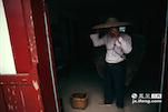 除了梁师傅一家人之外,山下汤湖镇还有更多普通的茶农。罗德定就是其中一名,家里祖祖辈辈都是从事茶叶种植。所以,老罗家里还仍然保留着最原始的采茶工具。