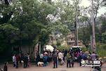 每天下午三点左右,在镇上国道的两边,都会聚集许多茶农。这就是汤湖最具特点的街边收茶。许多茶农都会带着自己采摘的散装鲜叶来这里换钱。