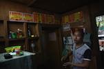 现在小郭一家靠着卖茶叶在遂川县城买了房子和汽车,自己的孩子们也接到城里来上学了。大女儿的学习成绩特别好,得的奖状贴满了店铺后的墙壁。小郭希望自己的孩子们能多读书,至于能不能继续从事茶叶这个行当,还要看他们自己的兴趣。