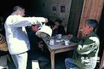 """说到喝茶,遂川人有着自己逢圩喝茶的习俗。像赶集一样,每个地方都有不同的逢圩日期。到了逢圩那天,有着""""宁荒一亩田,也要喝口茶""""的说法。遂川的大街小巷里有很多大大小小的茶馆,大家聚在这里,喝喝茶,吃吃茶点,唠唠家常。(资料图)"""