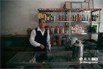 狗牯脑原产地汤湖镇的逢圩日子就是三、六、九。每到这几天,王太停家的会友茶馆就会爆满,这家开了十几年的老字号茶馆,也是镇上人们最常去的茶馆之一。