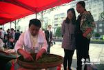 今年正逢狗牯脑获奖一百年,所以遂川举办的炒茶大赛,吸引了来自全国各地的选手来参加比赛。来自江苏碧螺春产地的蔡师傅就是其中一员。