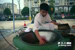 而来自浙江富阳的小杜,是一名不折不扣的新手,这位来自茶叶学校的18岁小伙子,在刚练习了炒茶一个多月之后就来参加比赛。