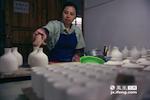 舒桂玉和程金荣在工厂中负责施釉中的浸釉和洒釉环节,他们使用的技术仍然是古时最传统的工艺。这两个环节也是最考验手感的工序。一天也就是100件不到的产量,靠的是无法用机器代替的手感。