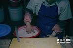 浸釉就是把瓷坯在釉水里浸之,但其体口沿与釉水齐平时。而根据釉面去估计浸釉时间完全就是靠着舒桂玉的双手,九年来一天天磨练才造就了这种无与伦比的准确。