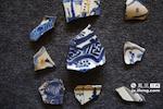 这是在景德镇观音阁出的土克拉克瓷残片,是古代青花瓷的代表。如果有机会画师们都会想方设法观摩碎瓷片。正是这些流传千年的瓷片,让现代的画师能在创新的同时,有更好的传承。