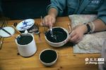 除去画功,混水也是一道重要的工序,画师在使用氧化钴进行绘画的时候,必须不时的搅拌才可以让颜色保持纯正。而搅拌的时机,完全取决于画师的经验。