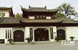 到景德镇旅游的人们必然会去御窑厂,因为它代表着古代制瓷工艺的最高水准。今天在景德镇依然有许多非遗传承示范基地,传承着御窑工艺。
