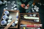 在古代官窑,经过精细筛选出来的不合格瓷器都会被当场砸碎。诚德轩也将这种接近于苛刻的质量检测体系延用至今。