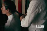 我们来到的是江西省非遗传承示范基地——诚德轩。廖水娟在这里担任导购,每天早上八点,在开始一天的工作前,扎好传统的中国马尾辫是这些姑娘们的必修课。