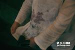 一身棉麻质地、手绘图案的中国传统服装便是她们的工作服。虽然廖水娟刚到这里四个月,但这家企业浓郁的传统的文化气氛让这个姑娘着迷。