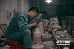 利坯是陶瓷成型中最关键的工序,应锋虽然不是景德镇本地人,但他15岁就来到这里学艺。在一次收音机的广播里听到了诚德轩招聘的广告,于是一干就是十几年。