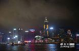 """2015赣港经贸合作活动安排在香港的地标性建筑会展中心举办。从维多利亚港看去,会展中心亮起的""""江西红"""",仿佛是在欢迎来自""""红色土地""""上的江西代表团。"""