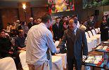 28日上午,本次活动的重头戏,江西省重点产业集群投资合作推介会在香港会展中心举行。江西省省长鹿心社早早的来到了会场与客商会晤。