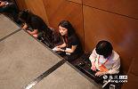 由于本次大会节俭高效,压缩了议程,为了保证发稿速度,许多记者直接在现场席地而坐,用笔记本电脑在现场写稿。