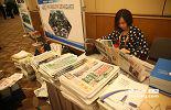 """文汇报、大公报等港媒在会议在当天发放""""赣港经贸合作""""的专刊,成为一道风景线。"""