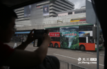 """一进入香港,许多记者发现,在香港最繁华的湾仔、铜锣湾等地行驶的双层巴士可以看到""""江西风景独好""""的广告。据官方数据显示,近年来,赣港两地经贸、旅游往来活跃。2014年,江西共接待香港来赣入境旅游59.2万人次,同比增长4.89%,江西赴港签注66.5万人次。"""