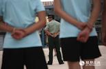 在队列训练中,孩子们提前体验了一次大学军训。列队、军姿每一个动作都完成得有模有样,孩子们在这里懂得了父辈的光荣和艰苦。