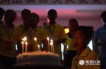 余彦熹的10岁生日到了,大家特意为他准备了生日蛋糕。尽管父亲牺牲了。但夏令营里的哥哥姐姐们陪着他度过了一个特别又愉快的生日。