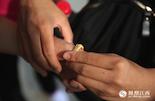 转眼间,五天的夏令营就要结束了,大家即将离别,淦思蕤用巧克力的铝箔纸为小伙伴做了一枚戒指留作纪念。