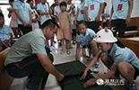 来自铅山的章凌子和来自安福的王嘉怡仅仅认识几小时,就立马就成为了一对好伙伴。两个孩子一起在消防战士里营房里体验军营叠被法,他们俩的父亲都因为工作时遇到意外而牺牲。
