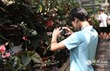 郎永萌总是撞入摄影师的镜头,他不仅是个文艺小青年,还喜欢植物。