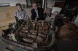 """眼前这座雕刻就是被再造出来的""""赣州城""""。说起赣州城,必然想到古城墙、八镜台、郁孤台、标准钟、刘彝和他的福寿沟、文清路……这些,在眼前这座""""赣州城""""里都能清晰找到。""""118座古房屋,13座楼阁,3个炮楼。""""韩振璜介绍着他的木雕作品。"""