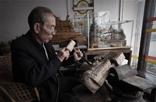 """赣州章贡区水西镇和乐新村的韩振璜,便是这座赣州城的""""建造者""""。17岁开始学木工,几十年的木匠生涯,韩振璜做了无数的木制产品。相比较制作一些实用产品,如木桶、桌凳等,韩振璜更爱制作富有浪漫主义色彩的产品,如龙凤床。2009年,他正式开始了雕刻生活,从一个木匠变为更有艺术味道的雕刻者。"""