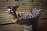 """""""在做木匠的时候,最喜欢做花板,在上面雕刻一些精美的图案。""""韩振璜将实用、粗糙的生活品艺术化,并赋予其思想。他特别喜欢龙,很多木雕都与龙有关,龙舟自然不用说,他把""""赣州城""""木雕也雕刻成""""龙头龟"""",赣州本身形貌如龟,韩振璜则给赣州城雕刻上龙头。赣州还是一座""""浮城"""",他则在龙头龟下面雕刻出四个球,从而实现""""浮城""""。"""