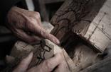 随着老伴在去年去世,韩振璜无法像之前那样专注做雕刻,偶感力不从心。有时候雕刻出一个样品出来,才发现木头是坏的,这让之前的工作都付之东流。韩振璜希望他的雕刻作品可以让更多人看到,会有更多人理解这种民间艺术的美好。作为代表作,韩振璜用2012年一整年时间雕刻出赣州城,也许许多年后,我们还可以凭借它看到那座活在2012年的赣州模样。