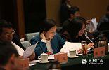 陶晔是一位70后美女干部,平常她是九江县的父母官,筹划着九江县的未来发展蓝图。作为一名省人大代表,她要履行审议全省各项工作报告并发表意见的职责,还要积极提出议案及建议。